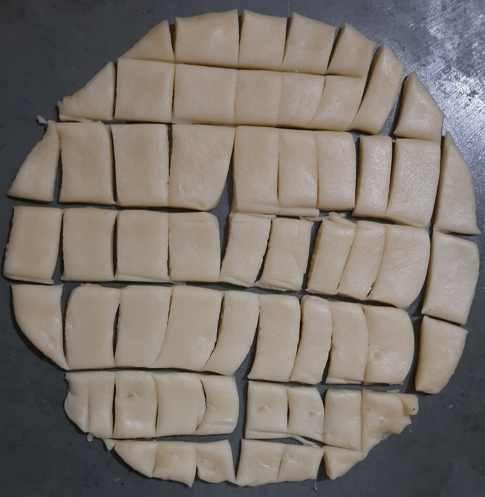 cut-shakkar-pare-on-rolled-paratha