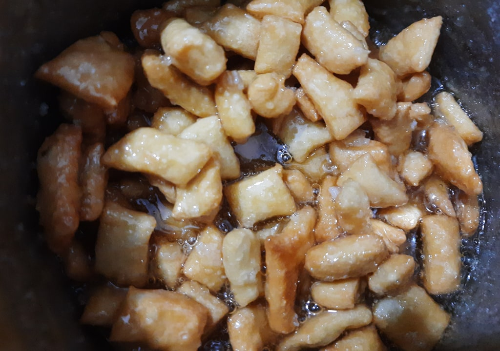 mix-shakkar-pare-in-sugar-syrup